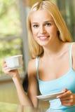 Mujer con café o té imagenes de archivo