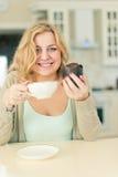 Mujer con café y el postre Fotos de archivo libres de regalías