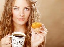 Mujer con café y la torta Fotos de archivo