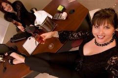 Mujer con champán en oficina Foto de archivo