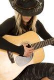Mujer con cierre del sombrero de la guitarra y de vaquero Foto de archivo libre de regalías
