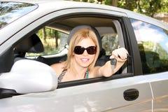 mujer con claves al nuevo coche Imagen de archivo libre de regalías