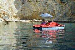 Mujer con cocker spaniel en un barco del pedal fotografía de archivo libre de regalías
