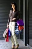 Mujer con compras Imagen de archivo libre de regalías