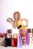 Mujer con compras y dinero Imagenes de archivo