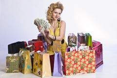 Mujer con compras y dinero Imágenes de archivo libres de regalías