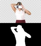 Mujer con concepto de la realidad virtual del dispositivo de los vidrios de las auriculares de VR, Alpha Channel fotografía de archivo