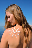 Mujer con crema sol-formada del sol Fotos de archivo libres de regalías