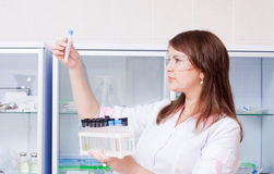 Mujer con cristalería química Foto de archivo libre de regalías