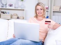 Mujer con de la tarjeta de crédito Fotos de archivo libres de regalías