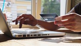 Mujer con de la tarjeta de crédito y la computadora portátil almacen de video