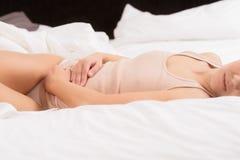 Mujer con dolor abdominal agudo Imagen de archivo libre de regalías