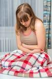 Mujer con dolor abdominal, el estómago o los calambres menstruales Fotos de archivo libres de regalías