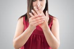 Mujer con dolor crónico de la mano de la palma fotografía de archivo
