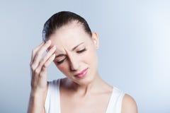 Mujer con dolor de cabeza Fotos de archivo libres de regalías