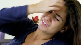 Mujer con dolor de cabeza muy fuerte en cama en casa almacen de video