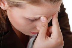 Mujer con dolor de cabeza severo de la jaqueca imagenes de archivo