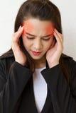 Mujer con dolor de cabeza y la expresión negativa Fotografía de archivo