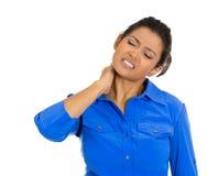 Mujer con dolor de cuello realmente malo Foto de archivo