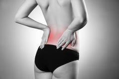 Mujer con dolor de espalda Dolor en el cuerpo humano Imagen de archivo libre de regalías