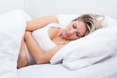 Mujer con dolor de estómago Fotos de archivo