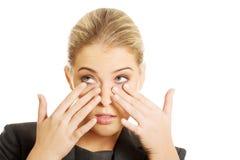 Mujer con dolor de ojos imagenes de archivo