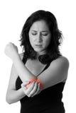Mujer con dolor del codo Fotos de archivo libres de regalías