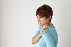 Mujer con dolor del hombro Fotos de archivo