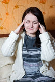 Mujer con dolor en su cabeza Fotografía de archivo