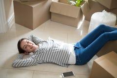 Mujer con dormir del teléfono móvil Imagenes de archivo