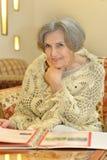 Mujer con el álbum Imágenes de archivo libres de regalías