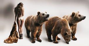 Mujer con el abrigo de pieles y tres osos Imagen de archivo libre de regalías
