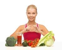 Mujer con el alimento biológico Imagen de archivo libre de regalías