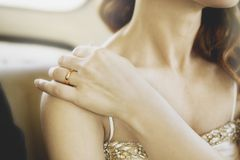 Mujer con el anillo Fotografía de archivo libre de regalías