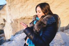 Mujer con el anillo en cueva Fotos de archivo libres de regalías