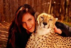 Mujer con el animal doméstico del guepardo Fotos de archivo