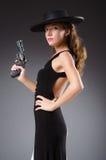 Mujer con el arma contra foto de archivo