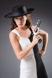 Mujer con el arma contra imagen de archivo