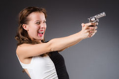 Mujer con el arma contra foto de archivo libre de regalías