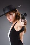 Mujer con el arma contra fotografía de archivo