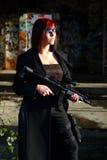 Mujer con el arma del asalto Fotografía de archivo libre de regalías