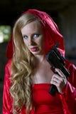 Mujer con el arma en capa fotografía de archivo
