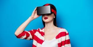 Mujer con el artilugio de la realidad virtual Imágenes de archivo libres de regalías
