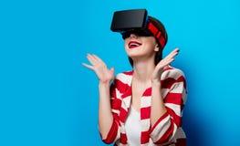 Mujer con el artilugio de la realidad virtual Fotografía de archivo libre de regalías