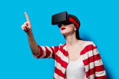 Mujer con el artilugio de la realidad virtual Fotografía de archivo