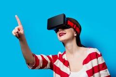 Mujer con el artilugio de la realidad virtual Fotos de archivo