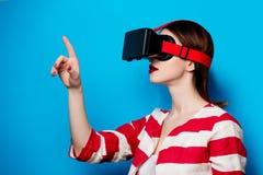 Mujer con el artilugio de la realidad virtual Imagen de archivo libre de regalías