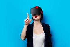 Mujer con el artilugio de la realidad virtual Foto de archivo