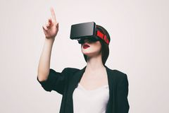 Mujer con el artilugio de la realidad virtual Foto de archivo libre de regalías
