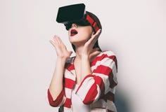 Mujer con el artilugio de la realidad virtual Imagen de archivo